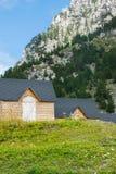 Casas de madeira tradicionais para turistas nos cumes albaneses imagens de stock royalty free