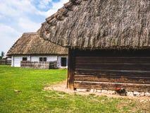 Casas de madeira velhas em uma exploração agrícola imagem de stock