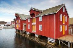 Casas de madeira vermelhas e amarelas em Noruega Foto de Stock