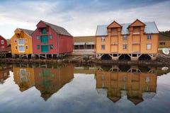 Casas de madeira vermelhas e amarelas em Noruega Imagem de Stock