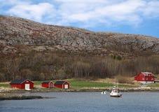 Casas de madeira vermelhas na costa rochosa Foto de Stock Royalty Free