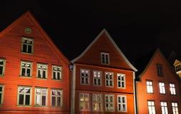 Casas de madeira vermelhas norueguesas na noite Fotos de Stock