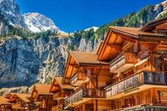 Casas de madera coloridas con las flores en el pueblo de Kandersteg, cantón Berna, Suiza, Europa Fotos de archivo