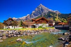 Casas de madera coloridas con las flores en el pueblo de Kandersteg, cantón Berna, Suiza, Europa Foto de archivo libre de regalías