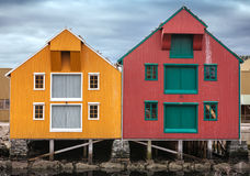 Casas de madera costeras rojas y amarillas Fotografía de archivo libre de regalías