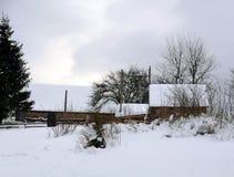 Casas de madera cubiertas con nieve fotos de archivo