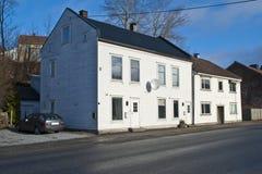 Casas de madera de dos pisos grises viejas en Halden imágenes de archivo libres de regalías