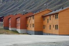 Casas de madera de los mineros en Svalbard o Spitsbergen imagen de archivo libre de regalías