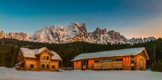 Casas de madera del centro turístico de montaña Foto de archivo