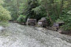 Casas de madera en el río Foto de archivo libre de regalías