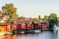 Casas de madera en el río fotografía de archivo libre de regalías