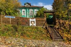 Casas de madera en la calle Foto de archivo