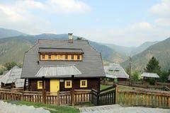 Casas de madera en la montaña Imágenes de archivo libres de regalías