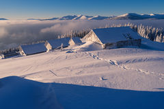 Casas de madera en la nieve Imagen de archivo libre de regalías