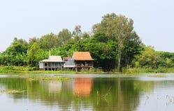 Casas de madera en la orilla del río en el delta del Mekong, Vietnam fotografía de archivo
