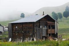 Casas de madera en montaña Foto de archivo libre de regalías