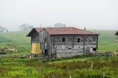 Casas de madera en montaña Imagenes de archivo