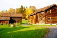 Casas de madera noruegas de la granja Imágenes de archivo libres de regalías