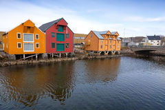 Casas de madera rojas y amarillas en Noruega Imagen de archivo