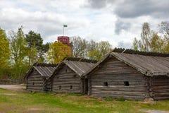 Casas de madera suecas típicas - yarda del cortijo, Imagen de archivo libre de regalías