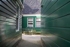 Casas de madera verdes del Zaan en museo holandés del aire abierto Imagenes de archivo