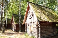 Casas de madera viejas en el bosque entre abedules en el campo ruso en verano Fotos de archivo