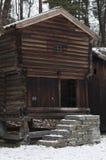 Casas de madera viejas de la granja en invierno Fotografía de archivo libre de regalías