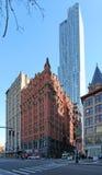 Casas de Manhattan e raspadores velhos do céu, NY, EUA imagens de stock royalty free