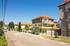 Casas de moradia na rua de Ravda, Bulgária Fotos de Stock Royalty Free
