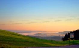 Casas de niebla de la salida del sol de la mañana con las sales en las colinas de las montañas en Austria Imagenes de archivo