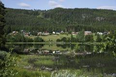 Casas de Noruega no fiorde foto de stock royalty free