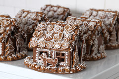Casas de pan de jengibre de la Navidad en una panadería Imagenes de archivo