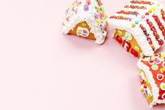 Casas de pan de jengibre en el fondo rosado La Navidad embroma las invitaciones Foto de archivo libre de regalías