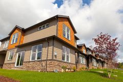 Casas de parede-meia novas em America do Norte suburbana Imagens de Stock Royalty Free