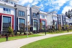 Casas de parede-meia unidas suburbanas contempory novas bonitas com colorf imagens de stock
