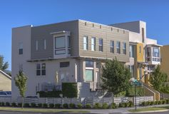 Casas de parede-meia de vista modernas na aurora imagem de stock