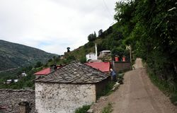 """Casas de pedra velhas cobertas com as placas na vila do """"rnalevà """"de CÃ, Albânia do nordeste imagem de stock"""