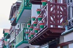 Casas de pesca t?picas em Hondarribia, uma cidade em Gipuzkoa, pa?s Basque, Espanha, perto da beira francesa foto de stock