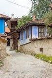 Casas de piedra de los azules de la calle en Koprivshtitsa, Bulgaria Fotografía de archivo libre de regalías