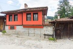 Casas de piedra de los rojos de la calle en Koprivshtitsa, Bulgaria Fotos de archivo
