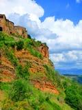 Casas de piedra empleadas un acantilado que erosiona imagen de archivo libre de regalías