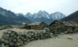 Casas de piedra en el Himalaya Fotos de archivo libres de regalías