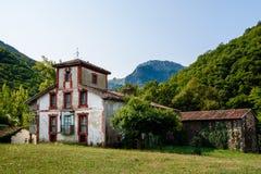 Casas de piedra en las montañas Fotos de archivo