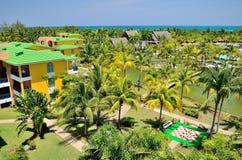 Casas de planta baja con las palmas Fotografía de archivo libre de regalías