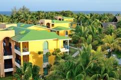 Casas de planta baja con las palmas Fotografía de archivo