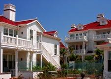 Casas de planta baja cubiertas rojas Foto de archivo