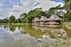 Casas de planta baja de la orilla del lago Foto de archivo