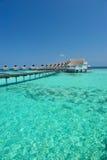 Casas de planta baja de Maldives en el mar azul Foto de archivo