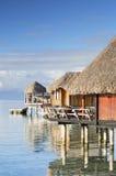Casas de planta baja de Overwater del hotel de Sofitel, Bora Bora, islas de sociedad, Polinesia francesa Foto de archivo