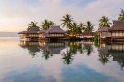 Casas de planta baja de Overwater, Polinesia francesa Imagen de archivo libre de regalías